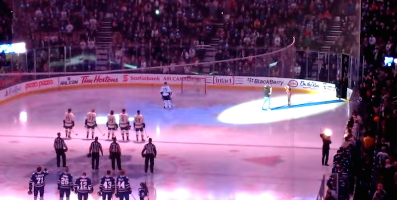 Canadian Hockey Fans Sing American National Anthem After Mic Fails (Video)