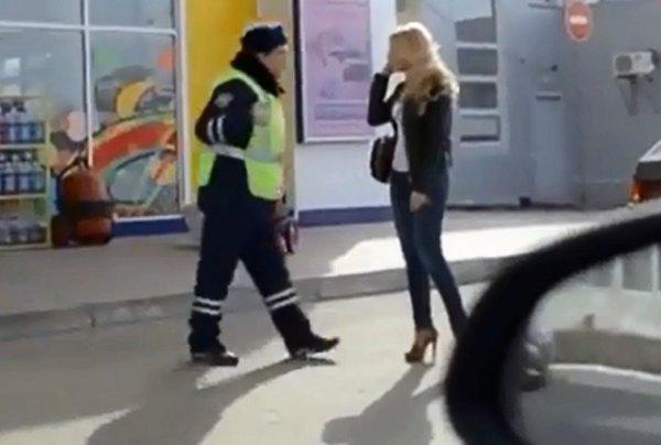 Starstruck Policeman Gets an Autograph from Ukrainian Pop-Singer (Video)