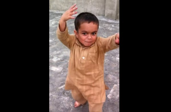 Funny Little Kid Dances to Pakistani Song (Video)