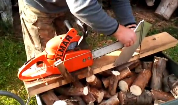 DIY Attachment Turns Chainsaw into a Firewood Cutting Machine (Video)